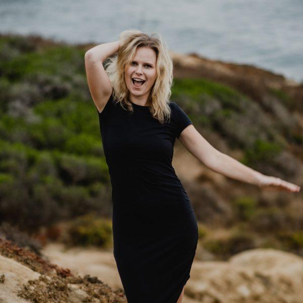 rebecca-laptop-freedom-program-mentor-smiling-on-beach